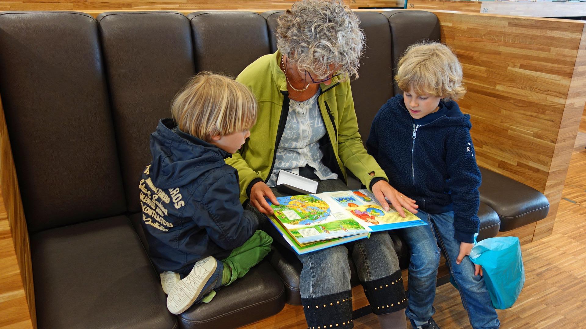 Ilustracja do informacji: Wnuczęta w dobrych rękach.